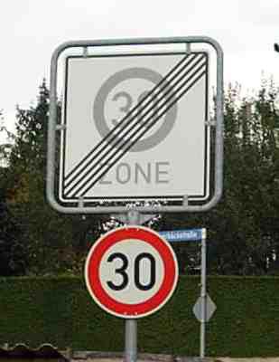 30-kmh-schilder-widersprechen-sich.jpg