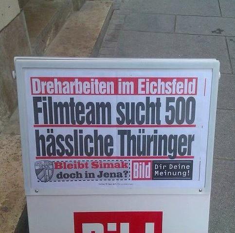 """Auf dem Werbeaufsteller einer Boulevard-Zeitung ist die Schlagzeile zu lesen: """"Dreharbeiten im Eichsfeld. Filmteam sucht 500 hässliche Thüringer""""."""