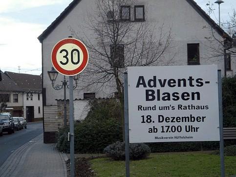 """Ein Schild weist auf das """"Adventsblasen"""" in einem Ort hin."""