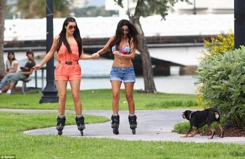 Zwei Frauen fahren auf Inline-Skates und scheinen Angst vor einem Hund zu haben!