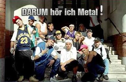 """Lauter merkwürdige Hip-Hopper sitzen auf einer Treppe, dazu die Aufschrift: """"Darum höre ich Metal!""""."""