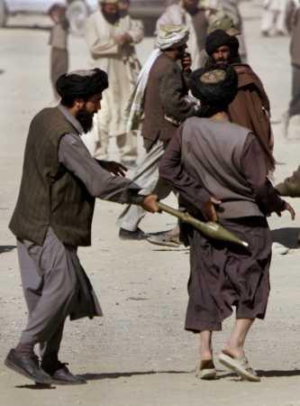 Ein Mann treibt einen anderen mit einem Raketenwerfer an.