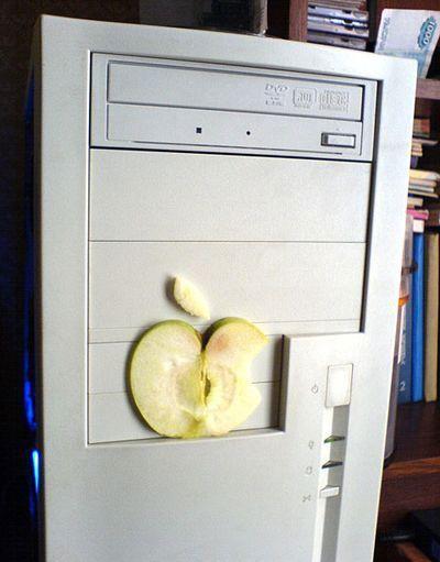 Ein PC, an dem ein aus einem Apfel ausgeschnittenes Apple-Logo angebracht ist.