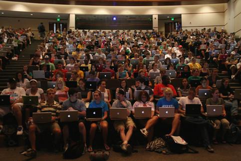 Ein Uni-Hörsaal. Jeder Student hat ein Notebook vor sich.