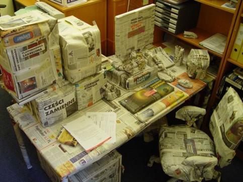 Ein Arbeitsplatz ist komplett in Zeitungspapier verpackt.