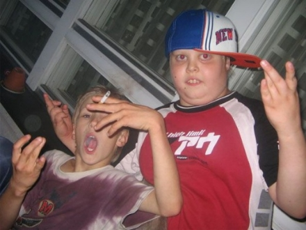 Ein Foto von zwei dummen Kindern.
