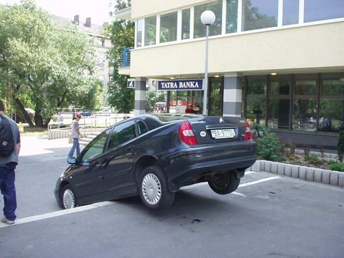 Jemand hat versucht, mit einem Auto eine Treppe herunterzufahren.