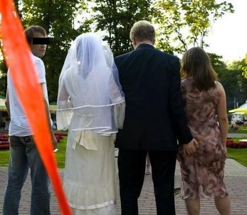 Ein Mann heiratet, hinter dem Rücken seiner Ehefrau berührt er aber den Hintern einer anderen Frau.