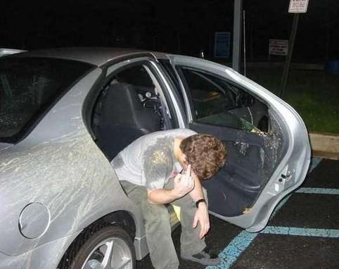 Ein Mann hat aus dem Auto gekotzt und sich und das Auto eingesaut.