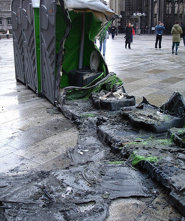 Eine Reihe von mobilen Toiletten ist ausgebrannt und geschmolzen.