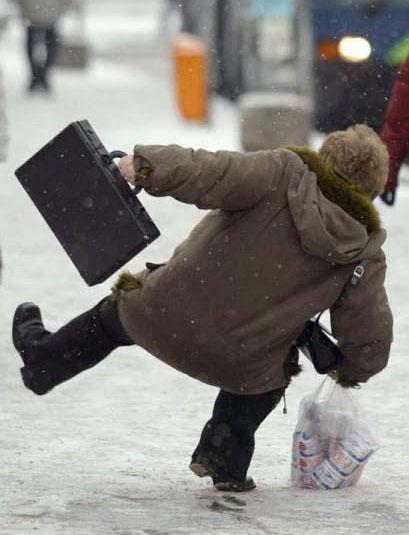 Ein Mann fällt auf Eis hin, es sieht aus, als würde er tanzen.