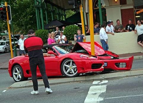 Ein Ferrari ist vor eine Laterne gerast und ist fast zwei geteilt.