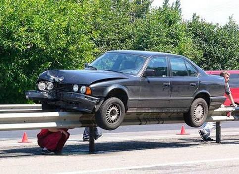 Ein BMW wurde bei einem Unfall auf die Leitplanke gedrückt.