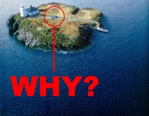 Eine winzig kleine Insel, auf der ein Auto steht.