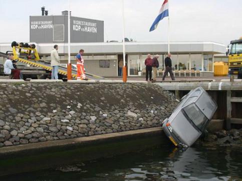 Ein Auto ist in einen Fluss gestürzt und wird geborgen.