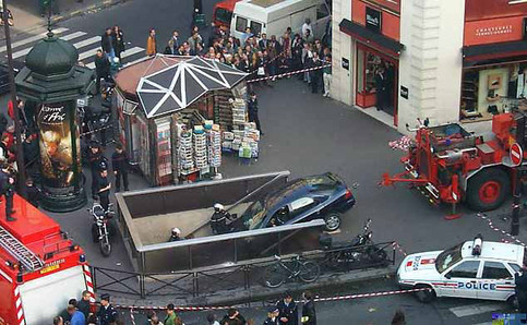 Ein Auto ist eine Treppe hinunter gefahren.