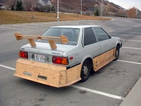 Ein Auto ist mit Holz getunt.