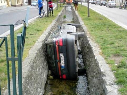 Ein Auto liegt quer in einem Graben.