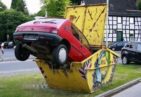 Ein Auto wurde in einen Müllcontainer gesteckt.