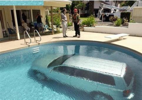 Ein Auto ist in einem Pool unter Wasser untergegangen.