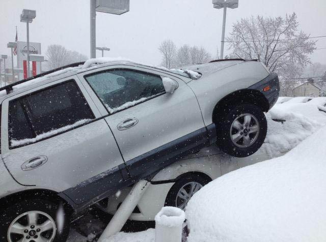 Ein Auto ist bei Schneefall auf ein anderes Auto aufgefahren.