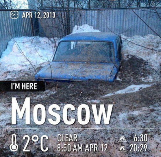 Ein Auto ist in Moskau im Schnee versunken.