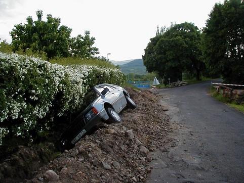 Ein Auto wurde in einem Straßengraben eingeparkt.