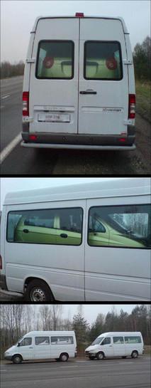 In einem Transporter wurde ein Auto eingeladen, um es zu transportieren.