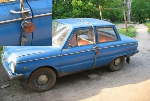 Ein Auto ist mit einer Kette abgeschlossen.