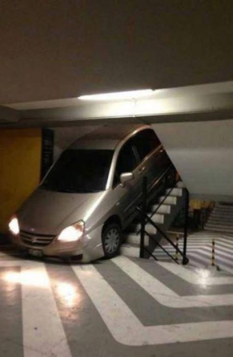 Ein Auto wurde in einem Parkhaus eine Treppe heruntergefahren und steckt nun fest.