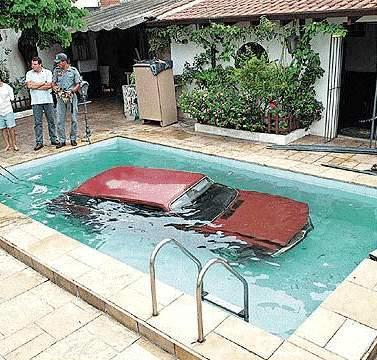 Ein Auto ist in einem Pool untergegangen.