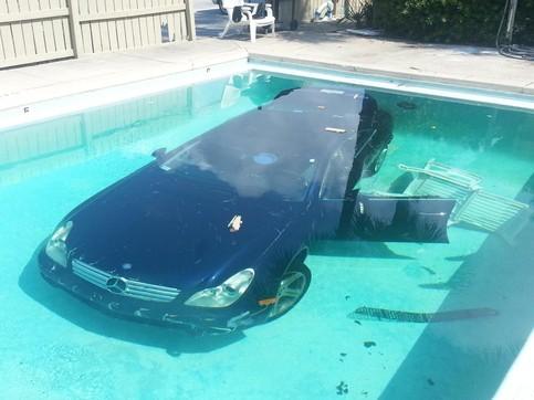 Ein Auto befindet sich auf dem Grund eines Swimming-Pools.