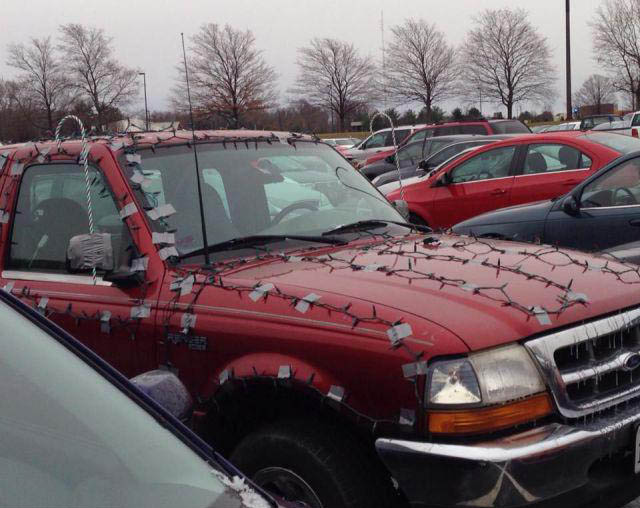 Ein Auto ist rundherum mit Lichterketten beklebt.