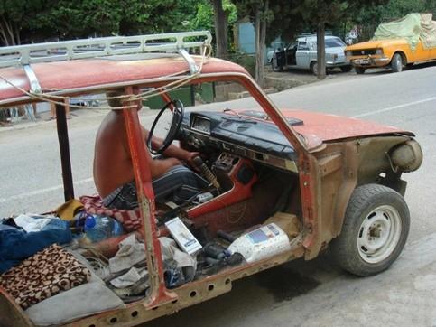 Ein Auto ohne Türen und Seitenwände.
