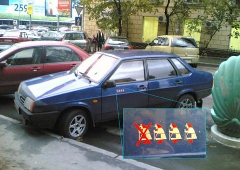 Auf einem Auto sind Oma-Symbole abgebildet, offensichtlich eine Art Kerbholz, wie viele der Fahrer schon erwischt hat.