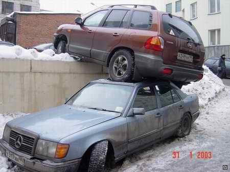 Ein Auto ist auf das Dach eines anderen Autos gefahren.