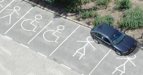 Ein Auto parkt quer auf einem Frauenparkplatz.