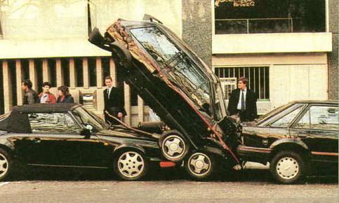 Ein Auto ist zwischen zwei anderen eingeklemmt.