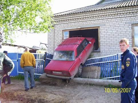 Ein Auto ist in das Fenster eines Hauses gefahren.