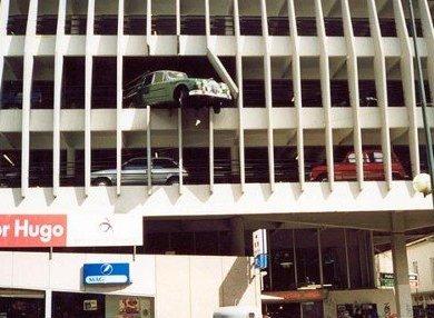 Ein Auto hängt halb aus einem Parkhaus heraus.
