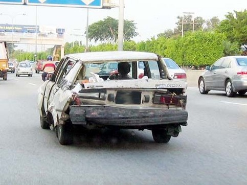 Ein total verbeultes und zerstörtes Auto.