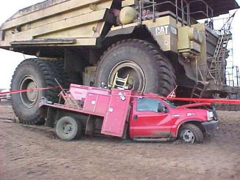 Ein Riesengefährt überrollt einen Pickup.