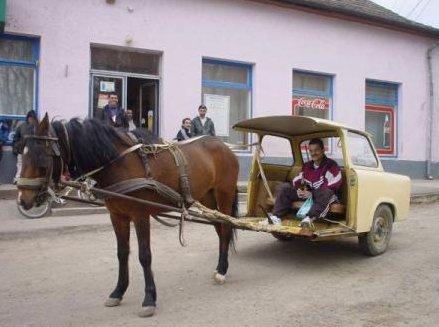Ein halber Trabi wird von einem Pferd gezogen