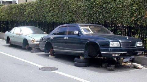 Zwei Autos mit gestohlenen Reifen.