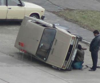 Ein Auto wird repariert und ist auf einem Stuhl aufgebockt.