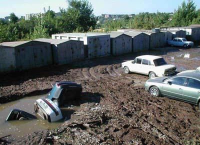 Autos sind in einem Loch aus Schlamm versunken.