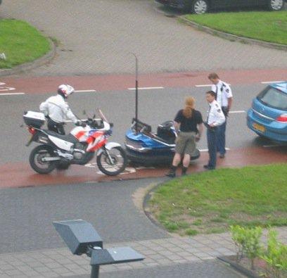 Ein Mann wurde mit einem Autoscooter vom Jahrmarkt von der Polizei auf der Straße gestoppt.