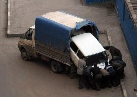 Ein Auto wird in einen Transport gehievt.