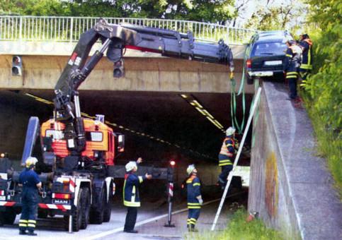 Ein Auto ist auf dem Rand eines Tunnels hoch gefahren.