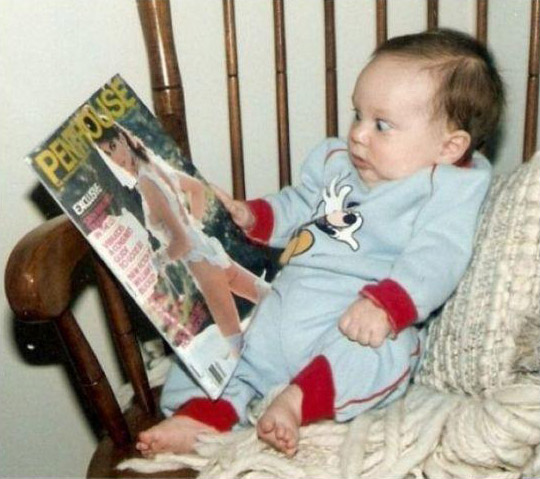 Ein Baby schaut sich eine Penthouse-Zeitschrift an und staunt dabei nicht schlecht.